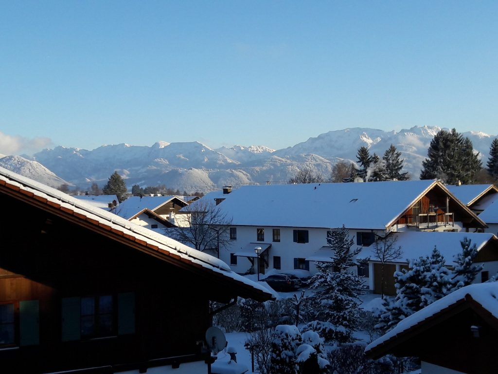 Winter in Rosshaupten mit Blick auf die verschneiten Berge