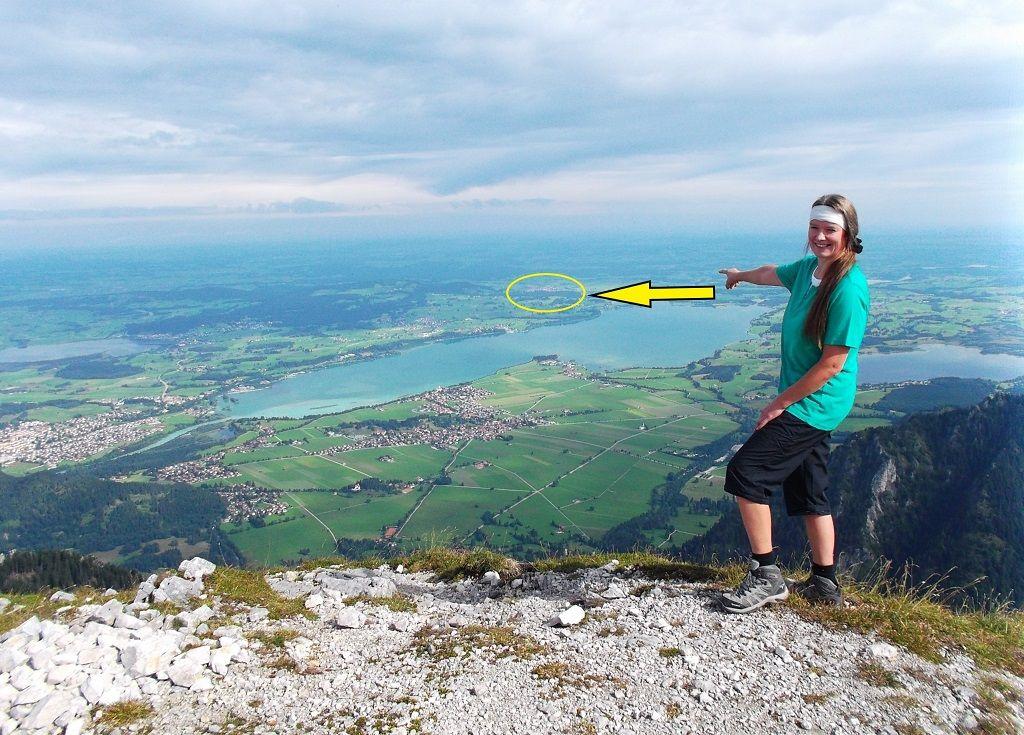 Eva zeigt vom Säuling aus, wo Rosshaupten liegt