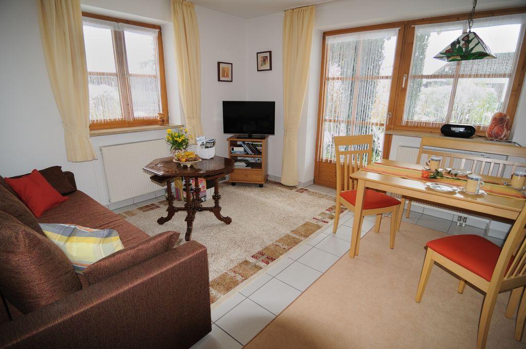 Wohnraum mit Fernseh- und Essecke der Ferienwohnung Höss in Roßhaupten am Forggensee